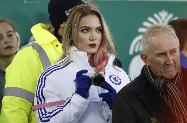 Fan nữ Chelsea gây sốt trong trận hòa thất vọng của Man Utd vì... quá đẹp - Ảnh 2.