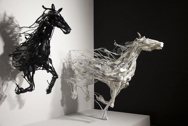 Từ nhựa phế liệu, nghệ sĩ này đã dựng nên mô hình động vật vô cùng tinh xảo - Ảnh 1.
