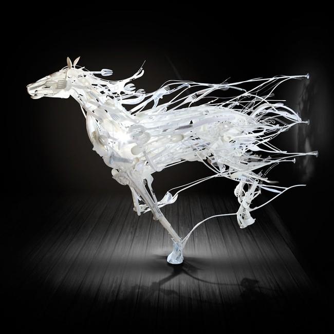 Từ nhựa phế liệu, nghệ sĩ này đã dựng nên mô hình động vật vô cùng tinh xảo - Ảnh 2.