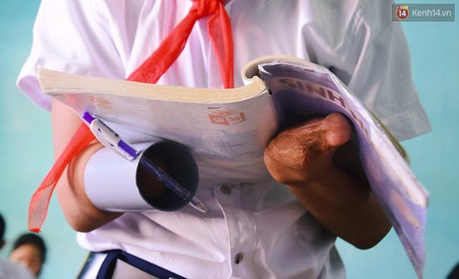 Cậu học trò nghèo gắn ống nhựa vào đôi tay cụt để vẽ ước mơ đời mình - Ảnh 8.