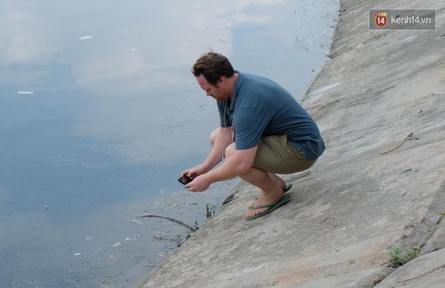 """Ông Tây chụp ảnh bao cao su ngập hồ Linh Đàm: """"Thấy tôi quay phim nhiều người đã chửi"""" - Ảnh 6."""