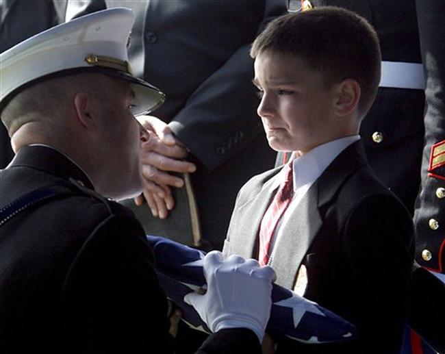 Cậu bé trong bức ảnh nỗi đau mất cha nổi tiếng thế giới giờ ra sao? - Ảnh 1.