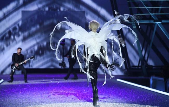 Không thể tin được đây là cách giúp Lady Gaga cao ngang các thiên thần Victoria's Secret
