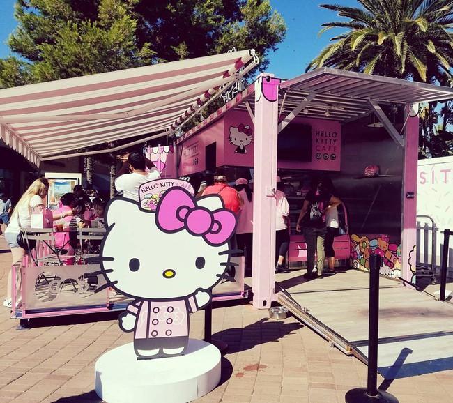 Quán cafe Hello Kitty siêu bánh bèo trở thành điểm hẹn mới cho giới trẻ Mỹ - Ảnh 3.