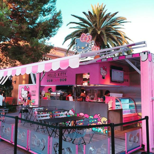 Quán cafe Hello Kitty siêu bánh bèo trở thành điểm hẹn mới cho giới trẻ Mỹ - Ảnh 9.