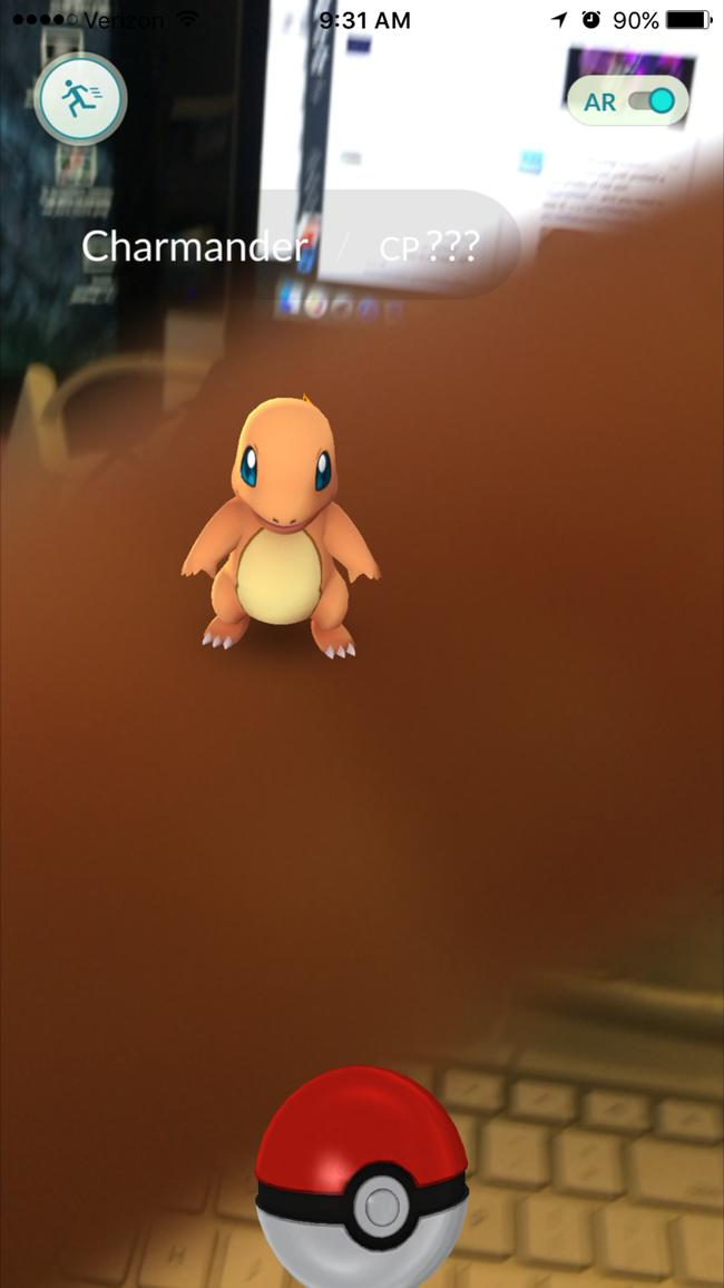 Hãy để ý thật kĩ. Bạn sẽ thấy có vòng tròn màu bao quanh Pokemon.