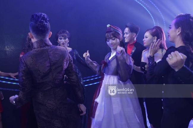 Clip: Tan tiệc cưới, Trấn Thành và Hari vừa hôn nhau vừa quẩy cùng khách mời - Ảnh 7.