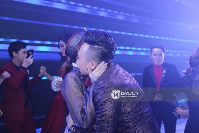 Clip: Tan tiệc cưới, Trấn Thành và Hari vừa hôn nhau vừa quẩy cùng khách mời - Ảnh 6.