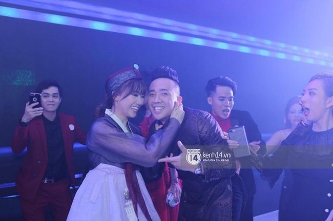 Clip: Tan tiệc cưới, Trấn Thành và Hari vừa hôn nhau vừa quẩy cùng khách mời - Ảnh 5.