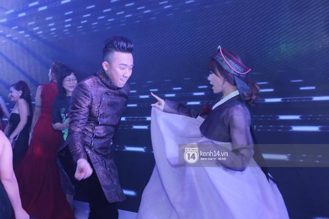 Clip: Tan tiệc cưới, Trấn Thành và Hari vừa hôn nhau vừa quẩy cùng khách mời - Ảnh 4.