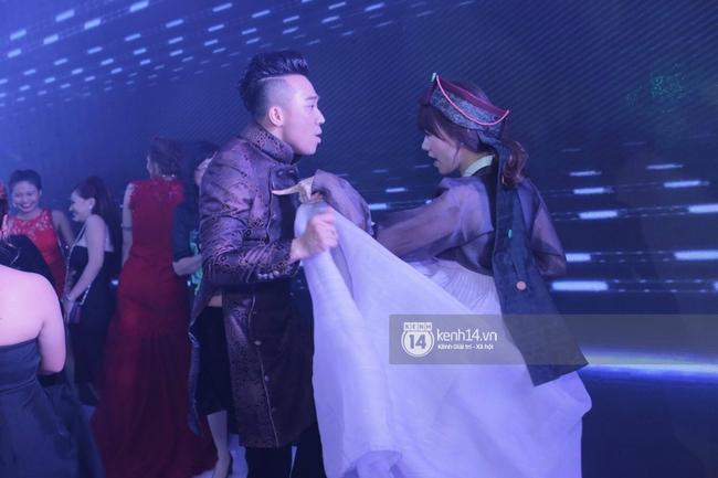 Clip: Tan tiệc cưới, Trấn Thành và Hari vừa hôn nhau vừa quẩy cùng khách mời - Ảnh 3.