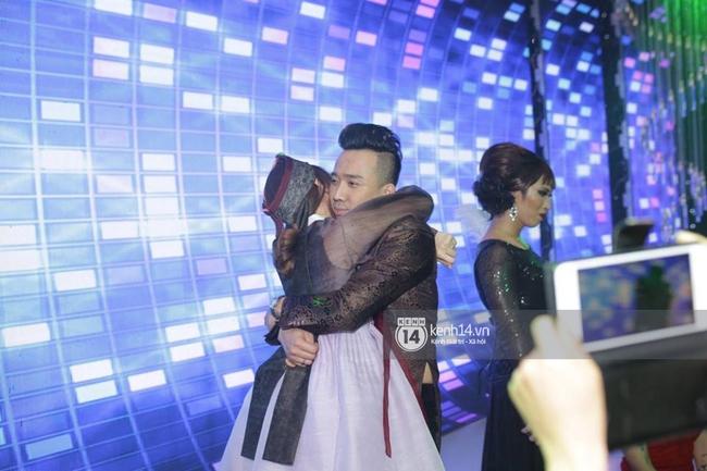 Clip: Tan tiệc cưới, Trấn Thành và Hari vừa hôn nhau vừa quẩy cùng khách mời - Ảnh 2.