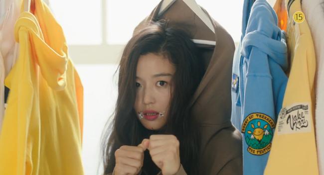 Blue Sea: Jeon Ji Hyun vừa lên cạn đã đảo lộn cuộc đời Lee Min Ho - Ảnh 12.