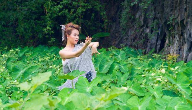 Hoàng Thùy Linh biến hóa huyền ảo trong MV Bánh trôi nước - Ảnh 11.