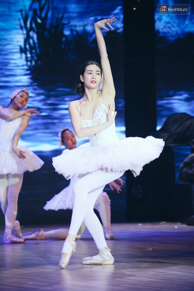 Ngoc Trinh sexy only then, balancing both staging Star Dance Universe!  - Photo 23.