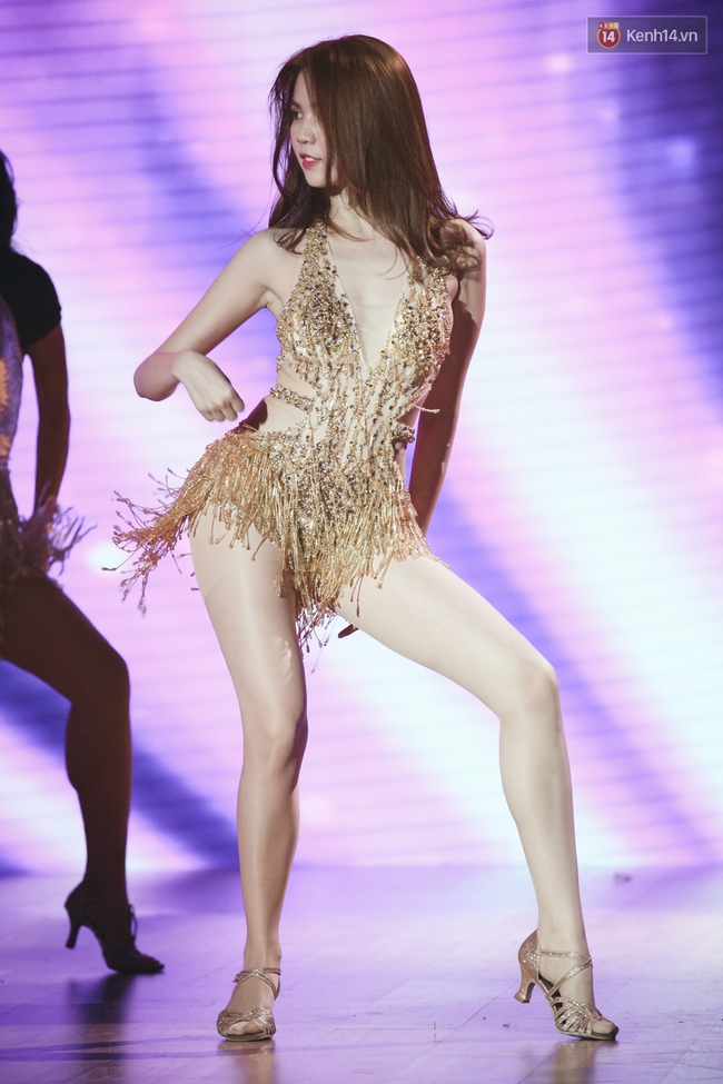 Ngoc Trinh sexy only then, balancing both staging Star Dance Universe!  - Photo 8.