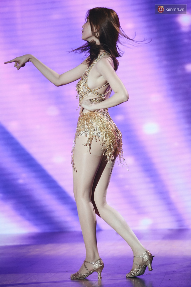 Ngoc Trinh sexy only then, balancing both staging Star Dance Universe!  - Photo 9.