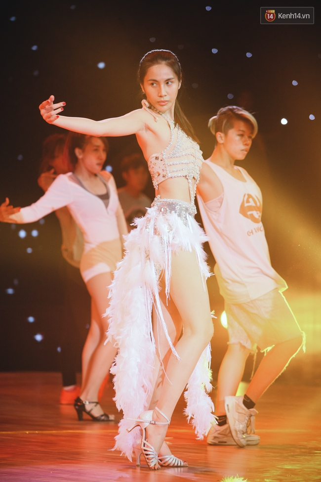 Ngoc Trinh sexy only then, balancing both staging Star Dance Universe!  - Photo 14.