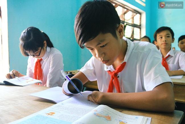 Cậu học trò nghèo gắn ống nhựa vào đôi tay cụt để vẽ ước mơ đời mình - Ảnh 13.