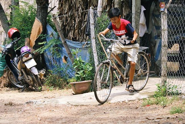 Cậu học trò nghèo gắn ống nhựa vào đôi tay cụt để vẽ ước mơ đời mình - Ảnh 11.