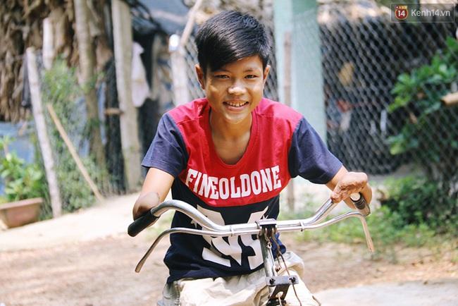 Cậu học trò nghèo gắn ống nhựa vào đôi tay cụt để vẽ ước mơ đời mình - Ảnh 1.