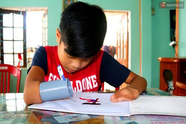 Cậu học trò nghèo gắn ống nhựa vào đôi tay cụt để vẽ ước mơ đời mình - Ảnh 12.