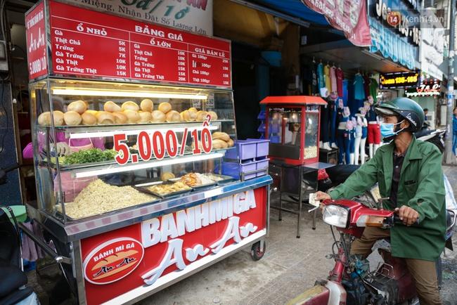 Xe bánh mì gà quen thuộc của người nghèo Sài Gòn: Chỉ 5.000 đồng/ổ, lúc nào cũng đắt khách - Ảnh 3.