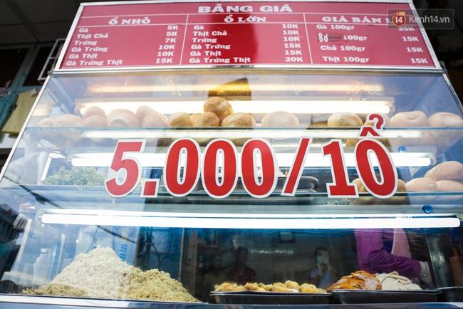 Ổ bánh mì 5.000 đồng độc nhất ở Sài Gòn: bánh thì rẻ nhưng tình người thì đắt! - Ảnh 2.