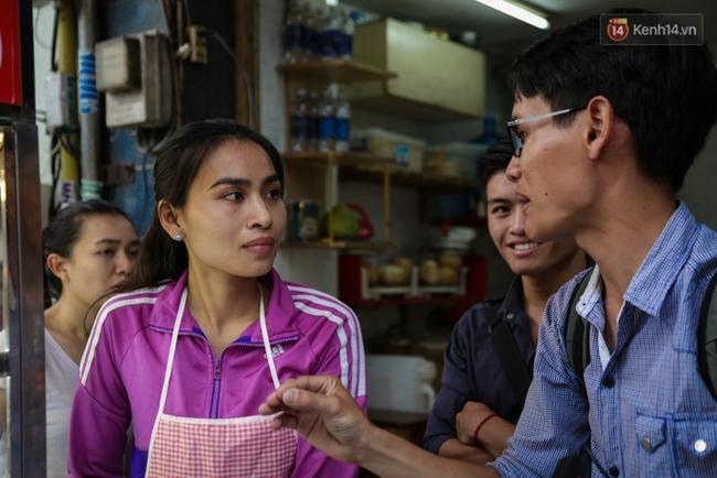 Xe bánh mì gà quen thuộc của người nghèo Sài Gòn: Chỉ 5.000 đồng/ổ, lúc nào cũng đắt khách - Ảnh 13.
