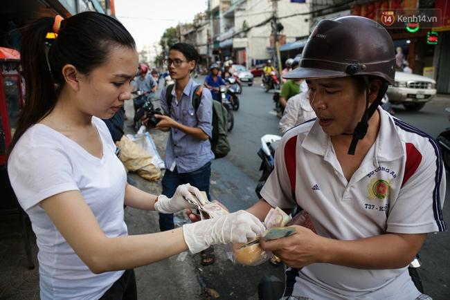 Ổ bánh mì 5.000 đồng độc nhất ở Sài Gòn: bánh thì rẻ nhưng tình người thì đắt! - Ảnh 12.
