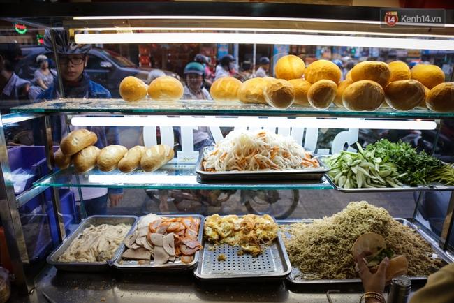 Xe bánh mì gà quen thuộc của người nghèo Sài Gòn: Chỉ 5.000 đồng/ổ, lúc nào cũng đắt khách - Ảnh 6.