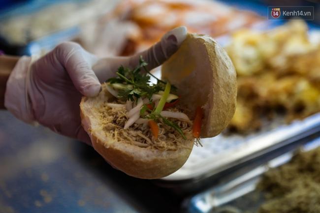 Xe bánh mì gà quen thuộc của người nghèo Sài Gòn: Chỉ 5.000 đồng/ổ, lúc nào cũng đắt khách - Ảnh 9.