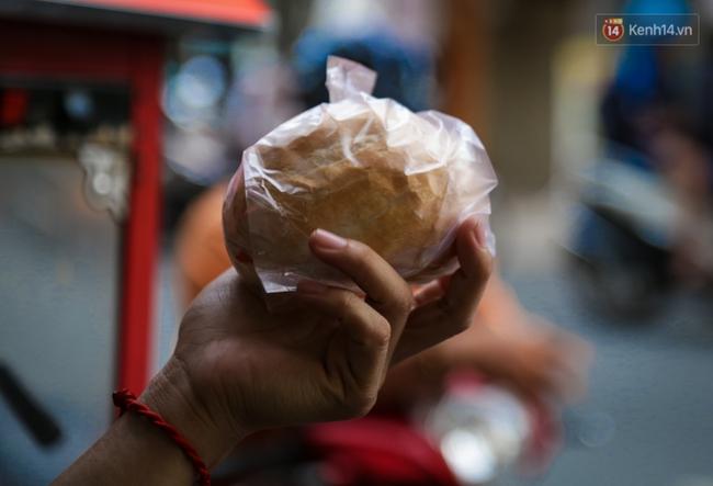 Ổ bánh mì 5.000 đồng độc nhất ở Sài Gòn: bánh thì rẻ nhưng tình người thì đắt! - Ảnh 10.