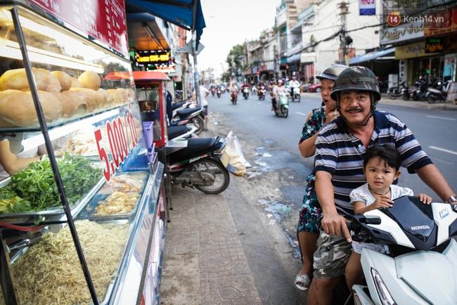 Ổ bánh mì 5.000 đồng độc nhất ở Sài Gòn: bánh thì rẻ nhưng tình người thì đắt! - Ảnh 11.
