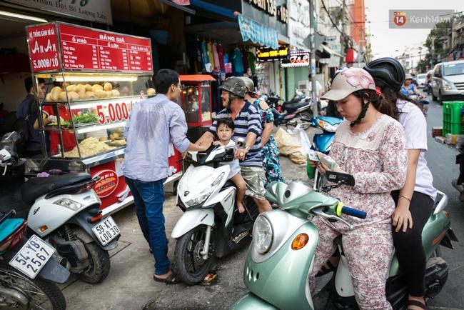 Ổ bánh mì 5.000 đồng độc nhất ở Sài Gòn: bánh thì rẻ nhưng tình người thì đắt! - Ảnh 1.