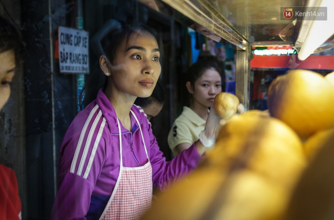 Xe bánh mì gà quen thuộc của người nghèo Sài Gòn: Chỉ 5.000 đồng/ổ, lúc nào cũng đắt khách - Ảnh 5.