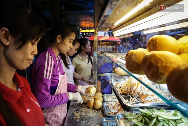 Xe bánh mì gà quen thuộc của người nghèo Sài Gòn: Chỉ 5.000 đồng/ổ, lúc nào cũng đắt khách - Ảnh 4.