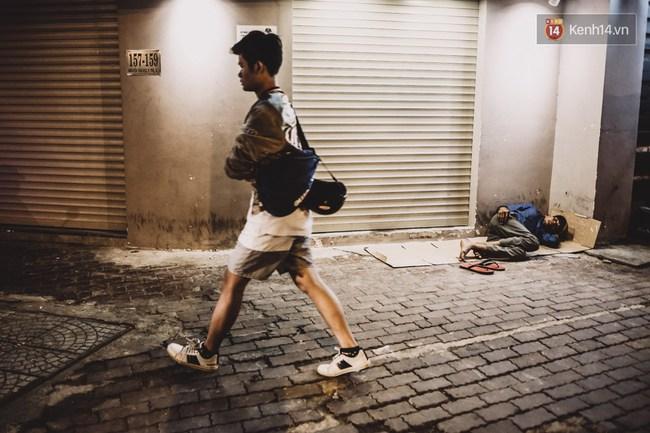 Giấc ngủ đêm của người lao động nghèo ở Sài Gòn chỉ có giá... vài nghìn đồng! - Ảnh 7.