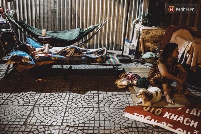 Giấc ngủ đêm của người lao động nghèo ở Sài Gòn chỉ có giá... vài nghìn đồng! - Ảnh 4.