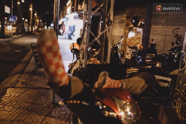 Giấc ngủ đêm của người lao động nghèo ở Sài Gòn chỉ có giá... vài nghìn đồng! - Ảnh 1.