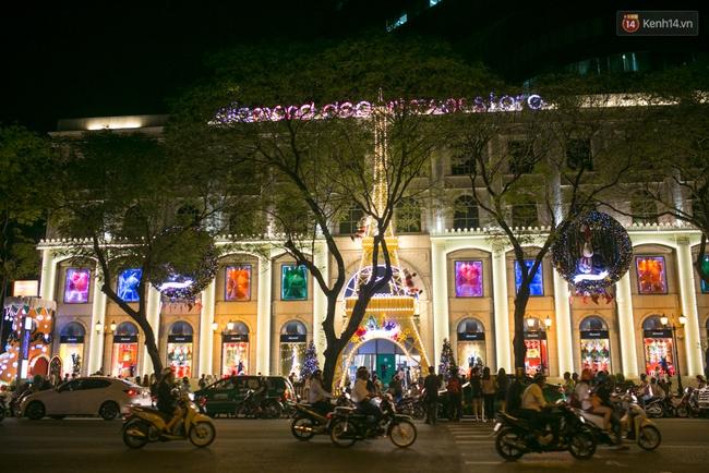 Có thể bạn không để ý, Sài Gòn đã đẹp lộng lẫy và ngập tràn không khí Giáng Sinh rồi - Ảnh 17.
