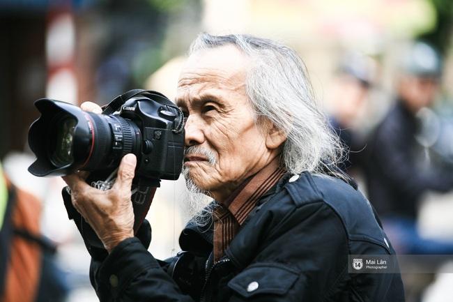 Nhân vật đặc biệt nhất Vietnam International Fashion Week: 82 tuổi vẫn chụp street style nhiệt tình - Ảnh 1.