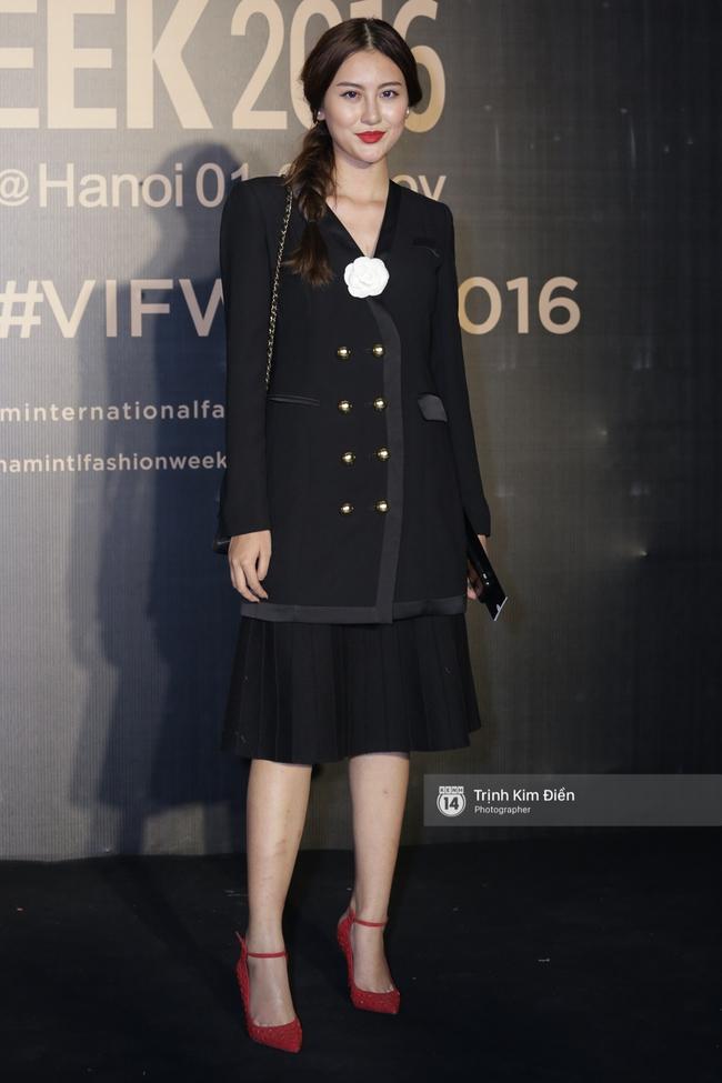 Vietnam International Fashion Week ngày cuối: Midu vẫn giữ style nữ tính trên thảm đỏ cùng dàn Hoa hậu, Á hậu - Ảnh 14.