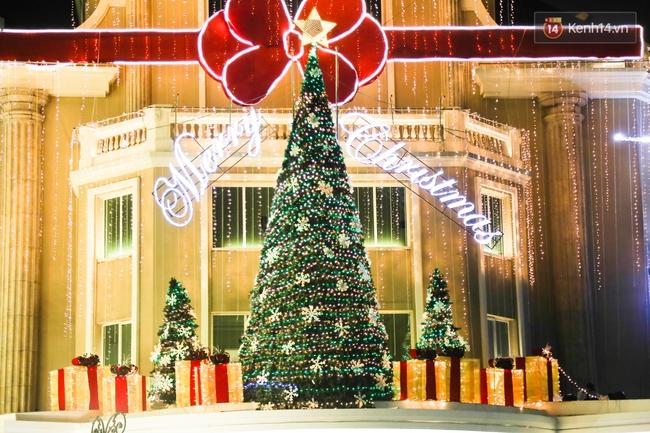 Chùm ảnh: Không khí Giáng Sinh đã ngập tràn khắp các ngõ phố Hà Nội - Ảnh 13.
