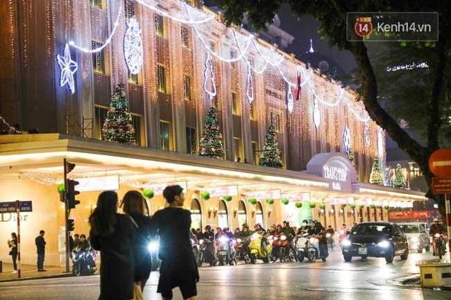 Chùm ảnh: Không khí Giáng Sinh đã ngập tràn khắp các ngõ phố Hà Nội - Ảnh 14.