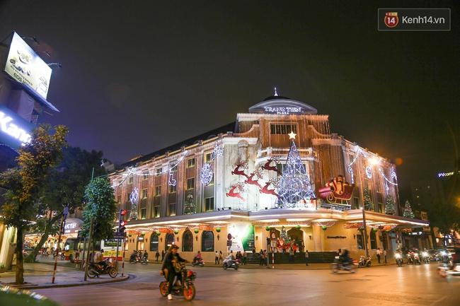 Chùm ảnh: Không khí Giáng Sinh đã ngập tràn khắp các ngõ phố Hà Nội - Ảnh 1.