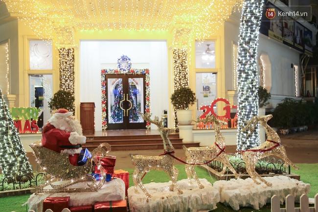 Chùm ảnh: Không khí Giáng Sinh đã ngập tràn khắp các ngõ phố Hà Nội - Ảnh 12.