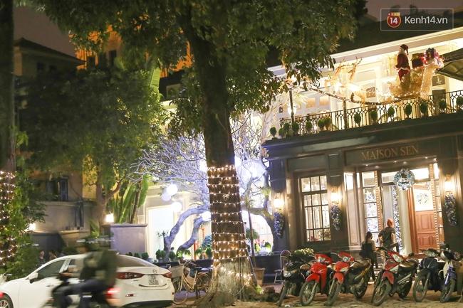 Chùm ảnh: Không khí Giáng Sinh đã ngập tràn khắp các ngõ phố Hà Nội - Ảnh 11.