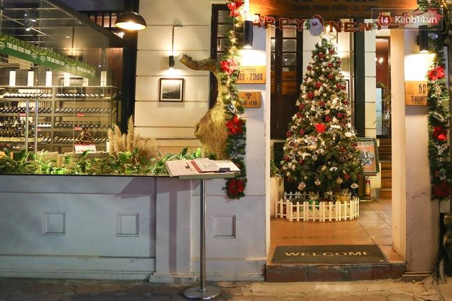 Chùm ảnh: Không khí Giáng Sinh đã ngập tràn khắp các ngõ phố Hà Nội - Ảnh 10.