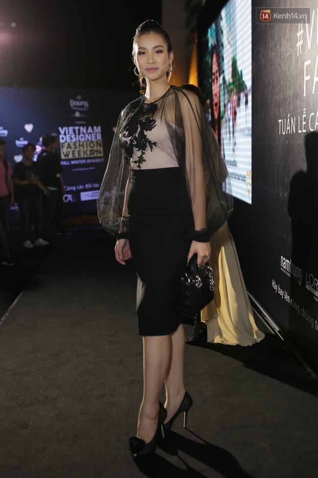 Mỹ nhân Việt khoe eo, đọ vẻ gợi cảm trên thảm đỏ ngày đầu Vietnam Designer Fashion Week - Ảnh 11.